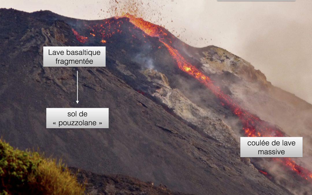 Légende : Éruption volcanique à Stromboli. Un cône de scories se forme au niveau du lieu d'émission de la lave, ainsi qu'une coulée de lave. © Photo: Patrick Marcel